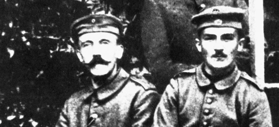 Adolf Hitler sous l'uniforme allemand (à gauche).